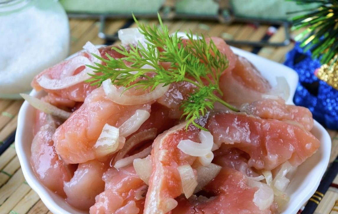 Соленая красная рыба с луком