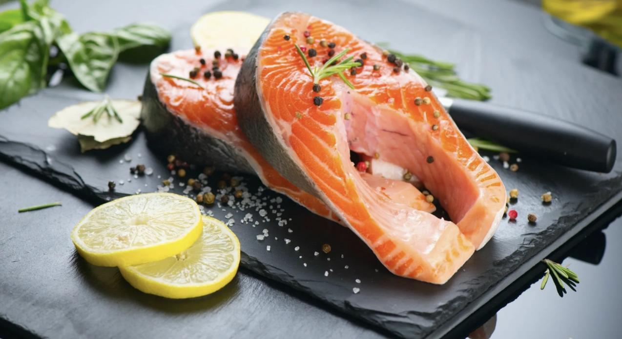 Соленый стейк красной рыбы