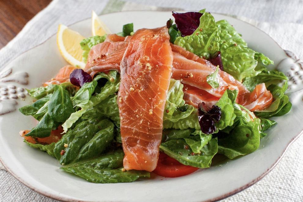 Салат с маринованной красной рыбой
