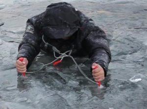 Человек выбирается из воды при помощи спасалок