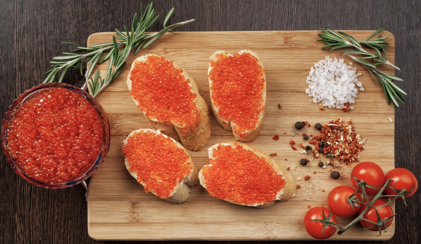 Бутерброды с красной икрой на доске